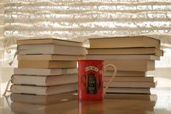 Boeken en kop thee voor perfecte ochtenden stock fotografie
