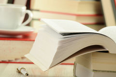 Boeken en kop van koffie op de lijst Royalty-vrije Stock Afbeeldingen