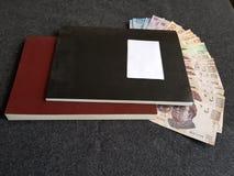 boeken en Mexicaanse rekeningen in verschillende benamingen Stock Foto