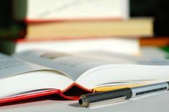 Boeken en pen Stock Afbeeldingen