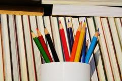 Boeken en potloden, onderwijsconcept Stock Afbeeldingen