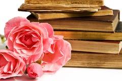 Boeken en rozen stock foto's