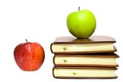 Boeken en twee appelen royalty-vrije stock afbeelding