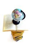 Boeken en wereldbol op wit Stock Foto's