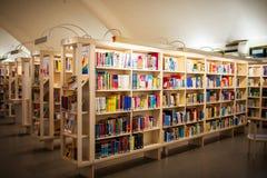 Boeken in grote planken in Stad van de Hoofdbibliotheek Metso van Tampere Stock Afbeeldingen