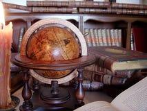 Boeken, kaars en bol. Stock Afbeeldingen