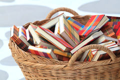 Boeken in mand Stock Afbeelding