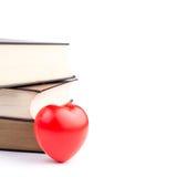 Boeken met hart op wit geïsoleerde achtergrond Stock Foto's