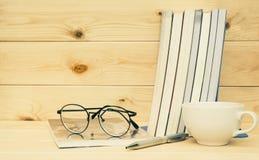 Boeken met hierboven glazen Boek met glazen en koffiekop Stock Foto's