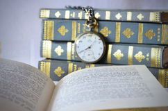 Boeken met oud horloge Royalty-vrije Stock Foto's