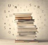 Boeken met vliegende brieven op uitstekende achtergrond royalty-vrije stock afbeelding