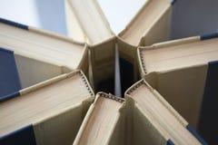 Boeken in ongebruikelijk patroon Stock Foto's