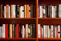 Boeken op bibliotheekplanken royalty-vrije stock afbeeldingen