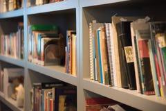 Boeken op boekenrek Stock Foto