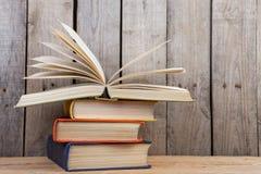 Boeken op de houten achtergrond stock afbeelding