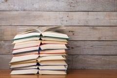 Boeken op de houten achtergrond royalty-vrije stock afbeeldingen