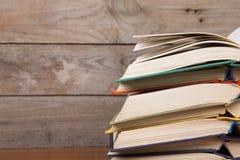 Boeken op de houten achtergrond royalty-vrije stock foto's