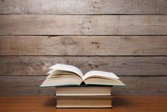 Boeken op de houten achtergrond stock fotografie