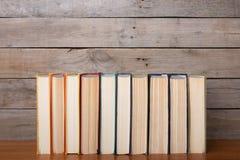 Boeken op de houten achtergrond royalty-vrije stock foto