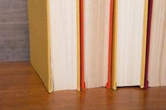 Boeken op de houten achtergrond royalty-vrije stock fotografie