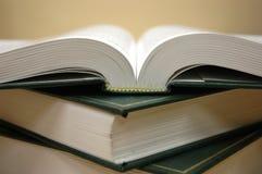 Boeken op de lijst stock afbeelding