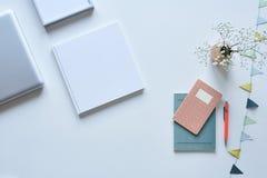 Boeken op de pastelkleurhoogtepunten van het Desktop witte ontwerp royalty-vrije stock afbeeldingen