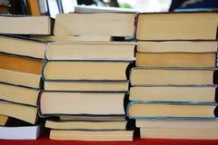 Boeken op de plank royalty-vrije stock foto's