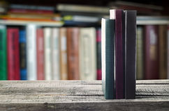Boeken op de plank Stock Fotografie