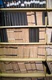 Boeken op de plank stock afbeelding