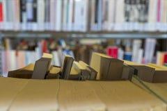 Boeken op de plank in een openbare verbindende bibliotheek, om als achtergrond worden gebruikt stock fotografie