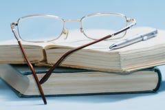 Boeken op een blauwe achtergrond Royalty-vrije Stock Afbeelding