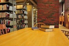 Boeken op een Lijst in een Bibliotheek Stock Foto's