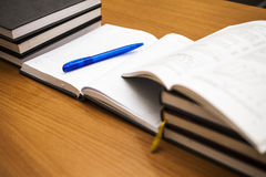 Boeken op een lijst Verticaal ontworpen foto Stock Foto