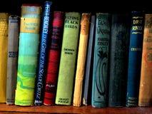 Boeken op een plank stock foto's
