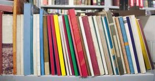 Boeken op een plank stock fotografie