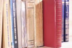 Boeken op een plank royalty-vrije stock foto