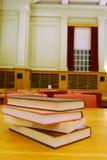 Boeken op het bureau in bibliotheek Stock Foto's
