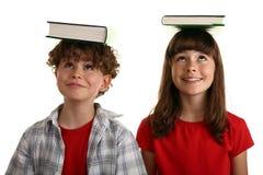 Boeken op hoofd stock foto