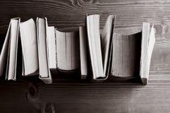 Boeken op hout, b&w royalty-vrije stock fotografie