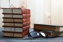 Boeken op houten bureau op universiteit worden gestapeld die royalty-vrije stock afbeelding