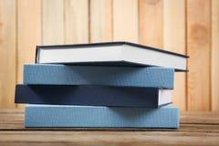 Boeken op houten worden gestapeld die royalty-vrije stock foto