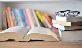 Boeken op lijst Stock Afbeelding