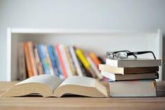 Boeken op lijst Stock Foto