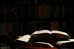 Boeken op lijst stock afbeeldingen