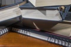 Boeken op notitieboekjes stock afbeeldingen