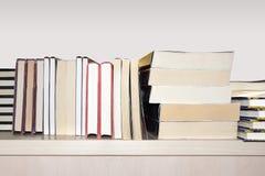 Boeken op plank stock foto's
