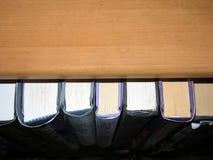Boeken op plank Stock Fotografie