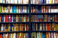 Boeken op planken Stock Foto's