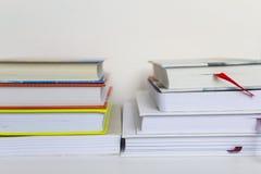 Boeken op Witte Achtergrond Stock Foto