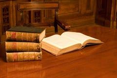 Boeken in oude ruimte Royalty-vrije Stock Foto
